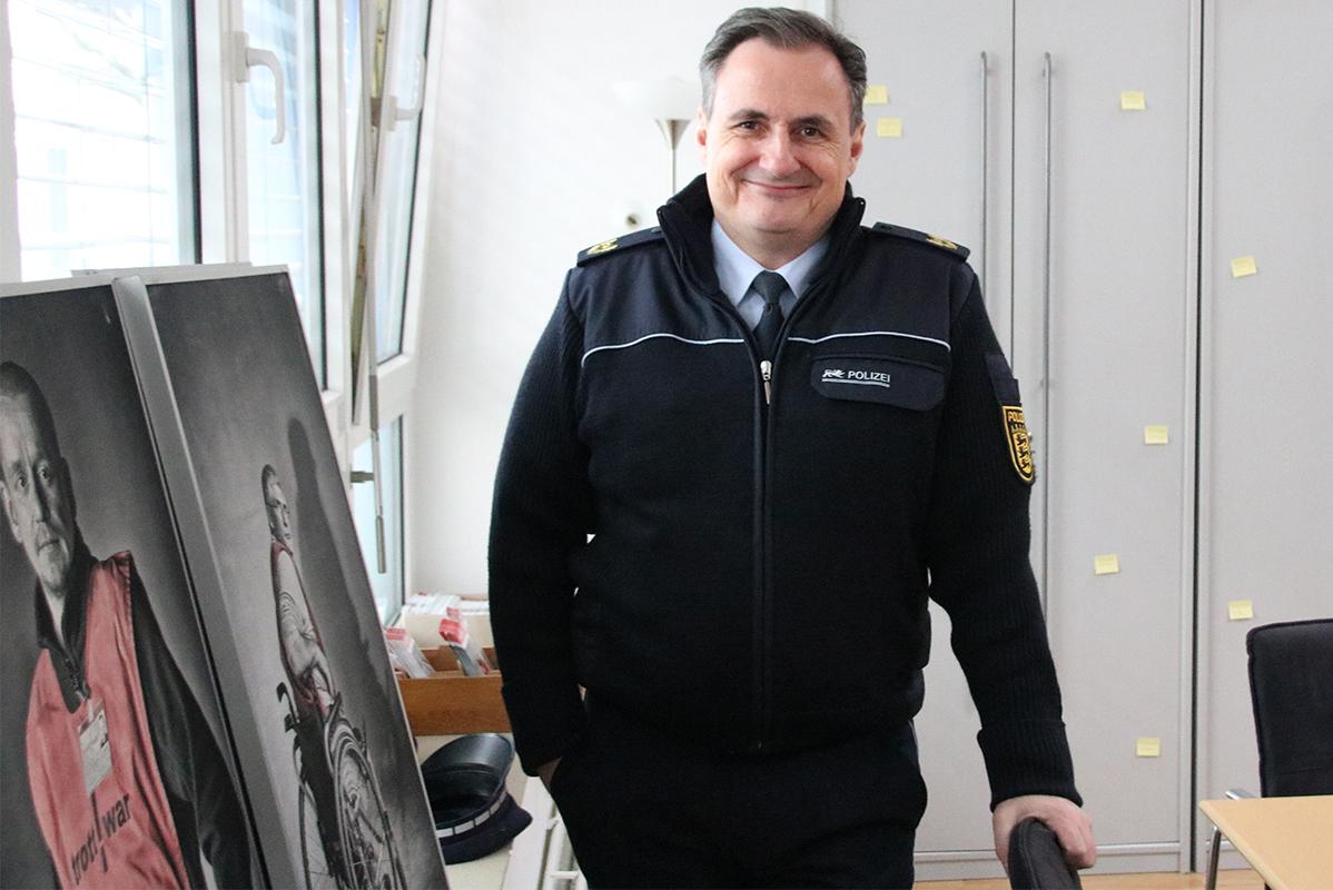 Vize-Polizeipräsident in dunkelblauer Uniform