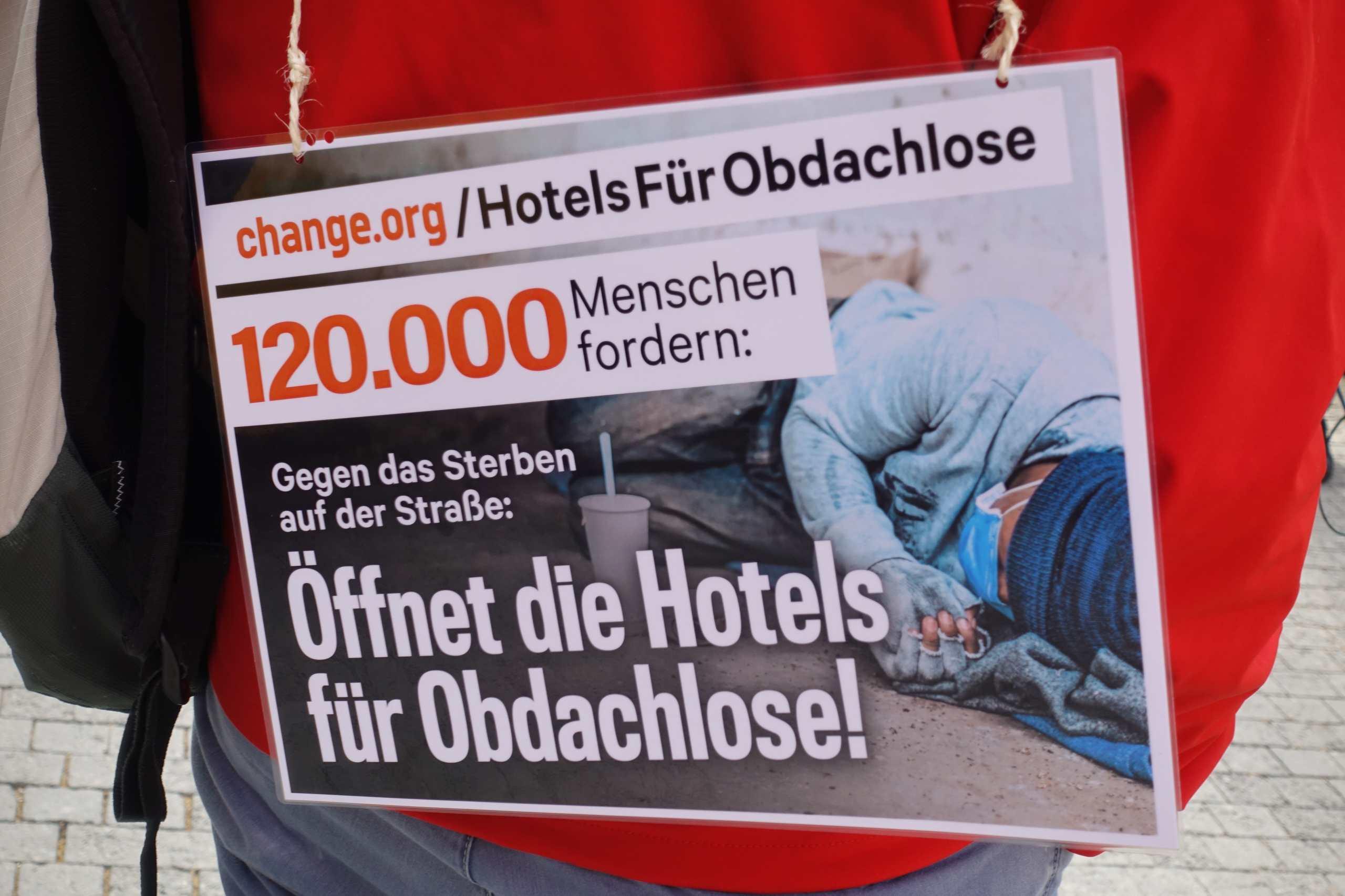 Plakat auf dem Rücken von Nico Nissen