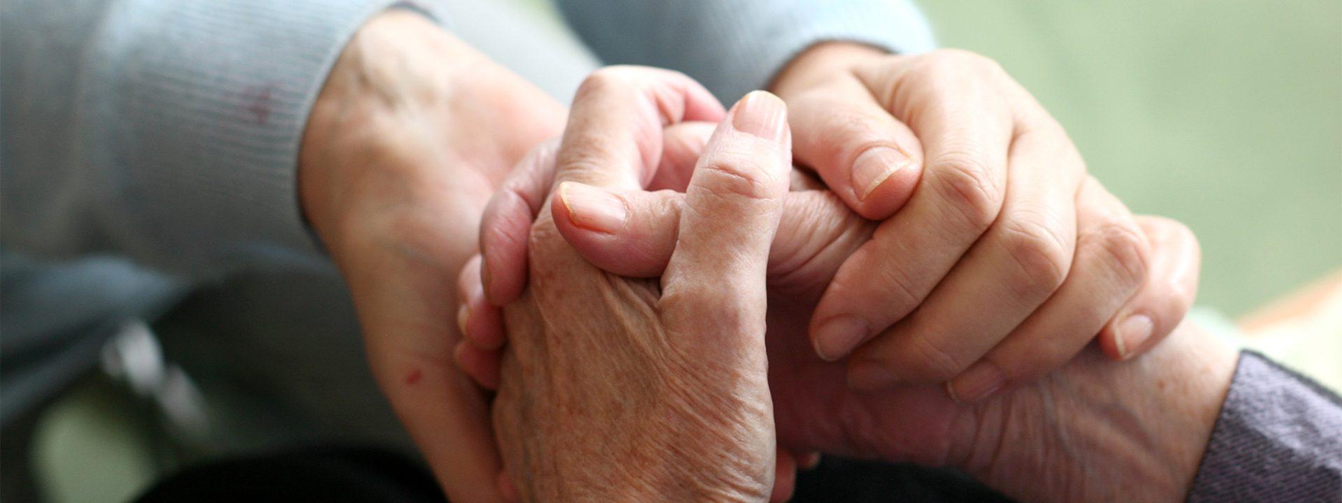 Hände alten einander