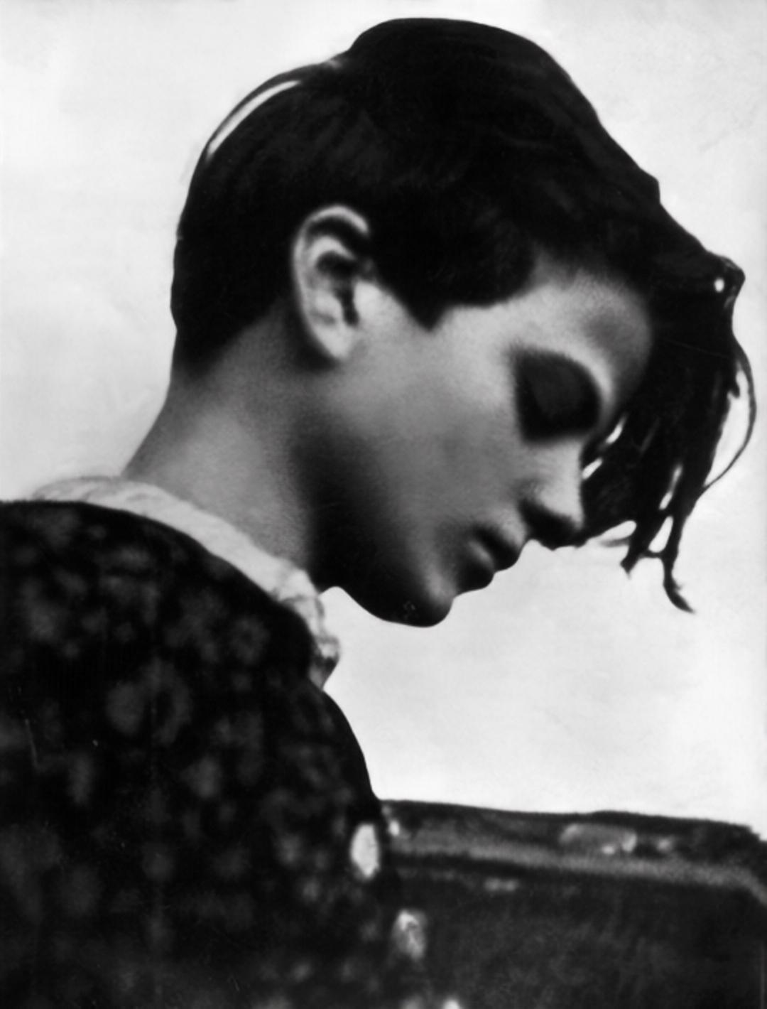 Foto der jungen Sophie Scholl im Profil
