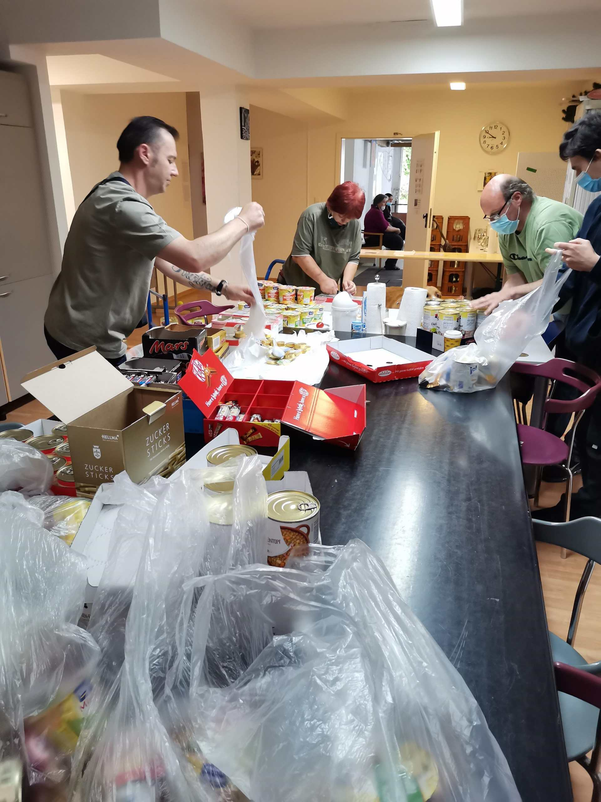 Trott-war-Mitarbeitende beim Abpacken des Einkaufs