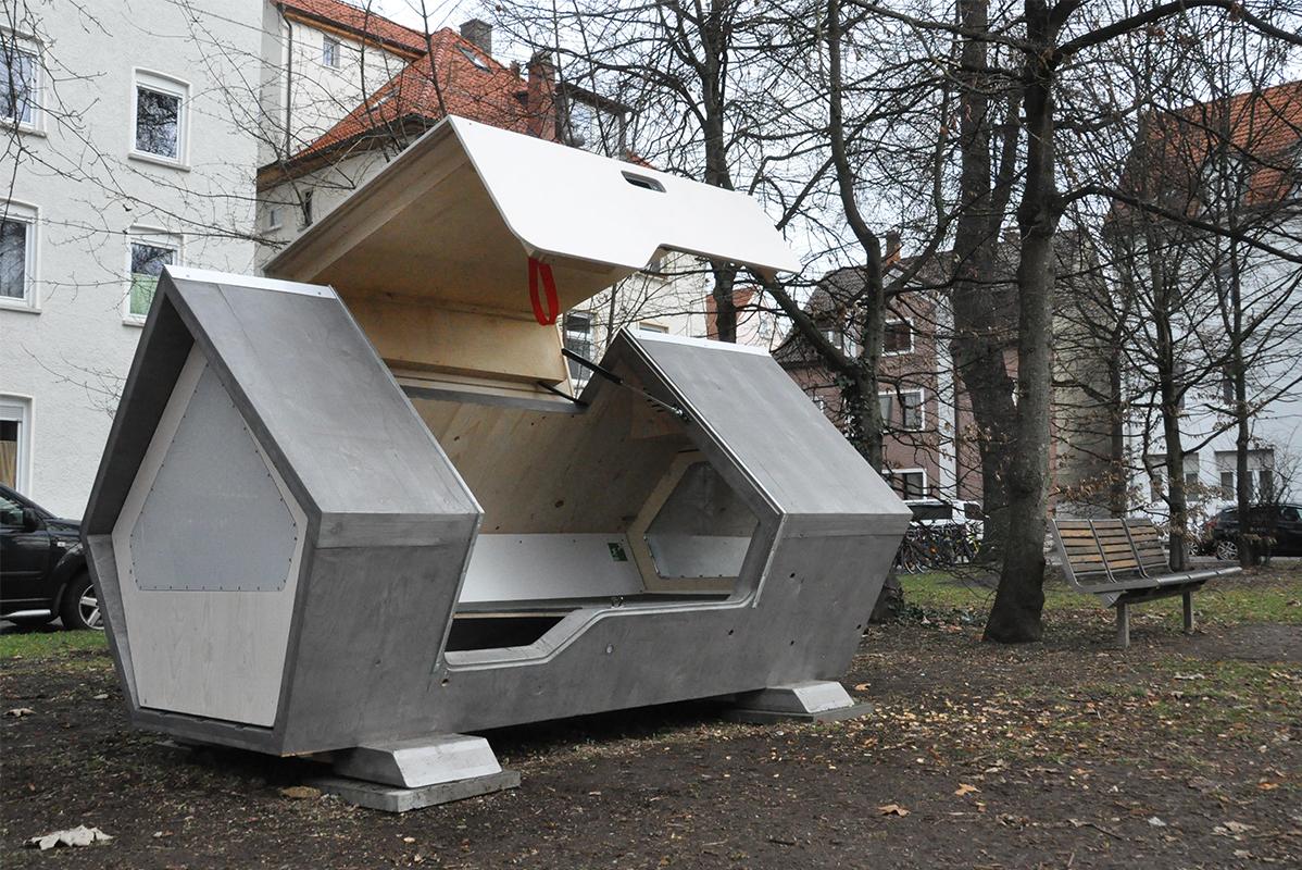 Geöffnete Schlafkapsel für Obdachlose