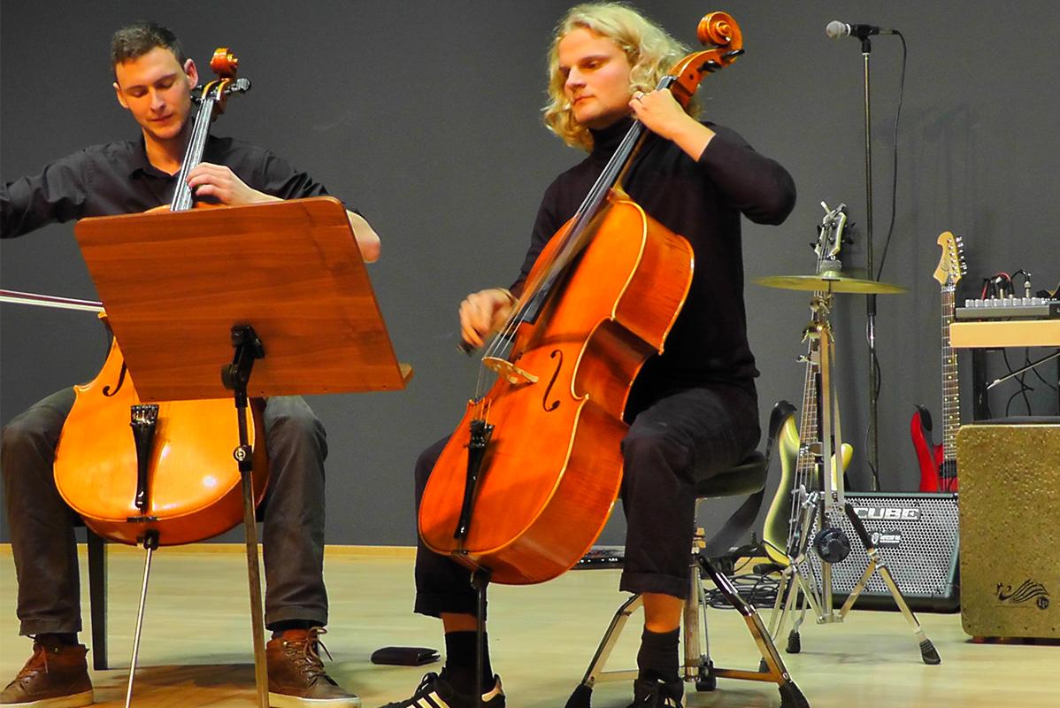 2 Cellospieler auf der Bühne
