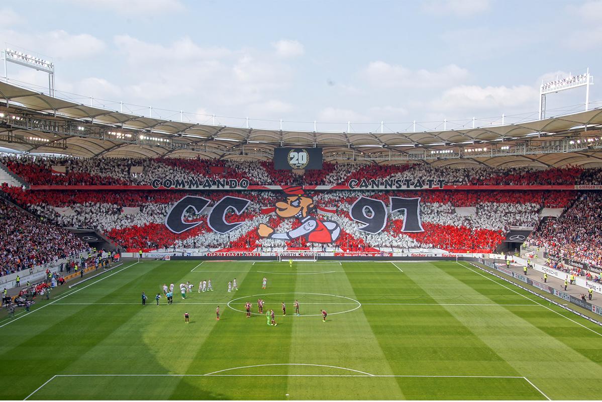 """Blick in Fußballstadion mit rot-weißer Choreografie der Fans vom """"Commando Cannstatt"""""""