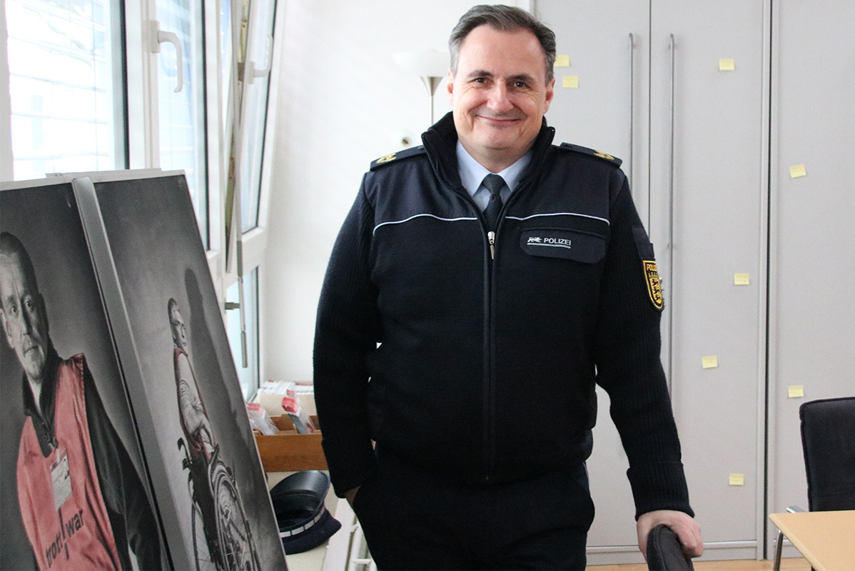 Vize-Polizeipräsident in dunkelblauer Uniform