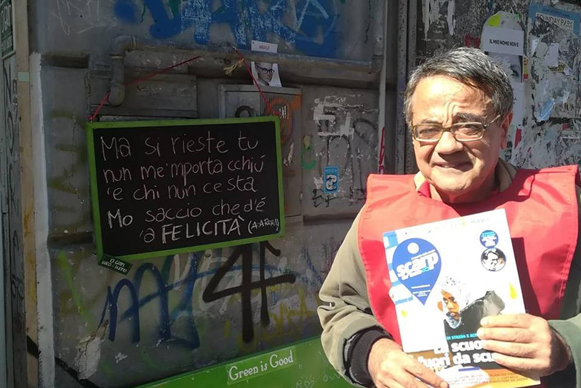 Älterer Verkäufer mit Brille und kurzen, dunklen Haaren präsentiert Heft