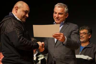 Innenminister überreicht Urkunde an Verkäufer