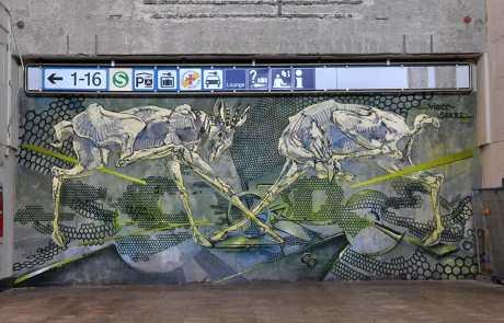 Graffiti: langbeinige Fantasietiere mit durchscheinendem Skelett