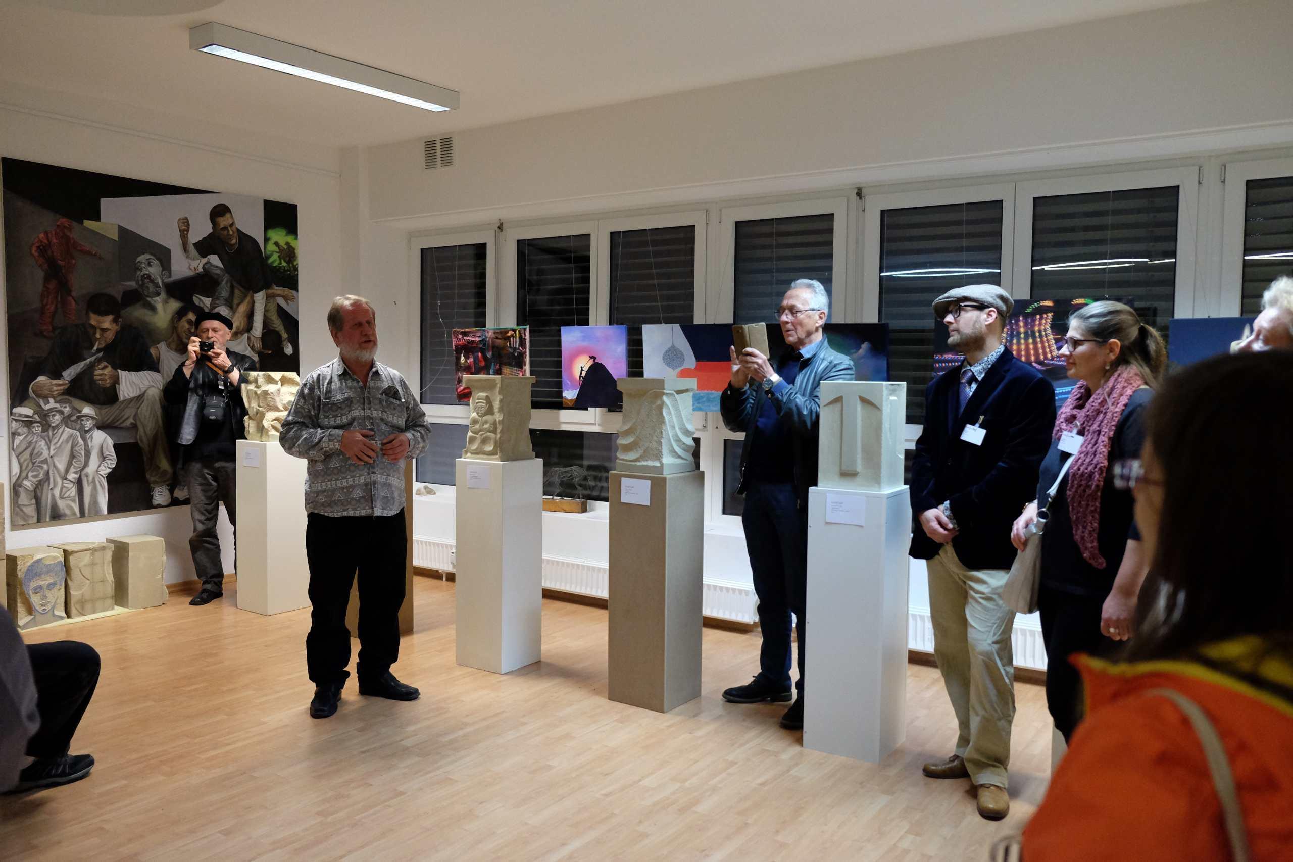 Trott-art-Galerist Helmut Schmid führt Besucher durch die Trott-art-Galerie