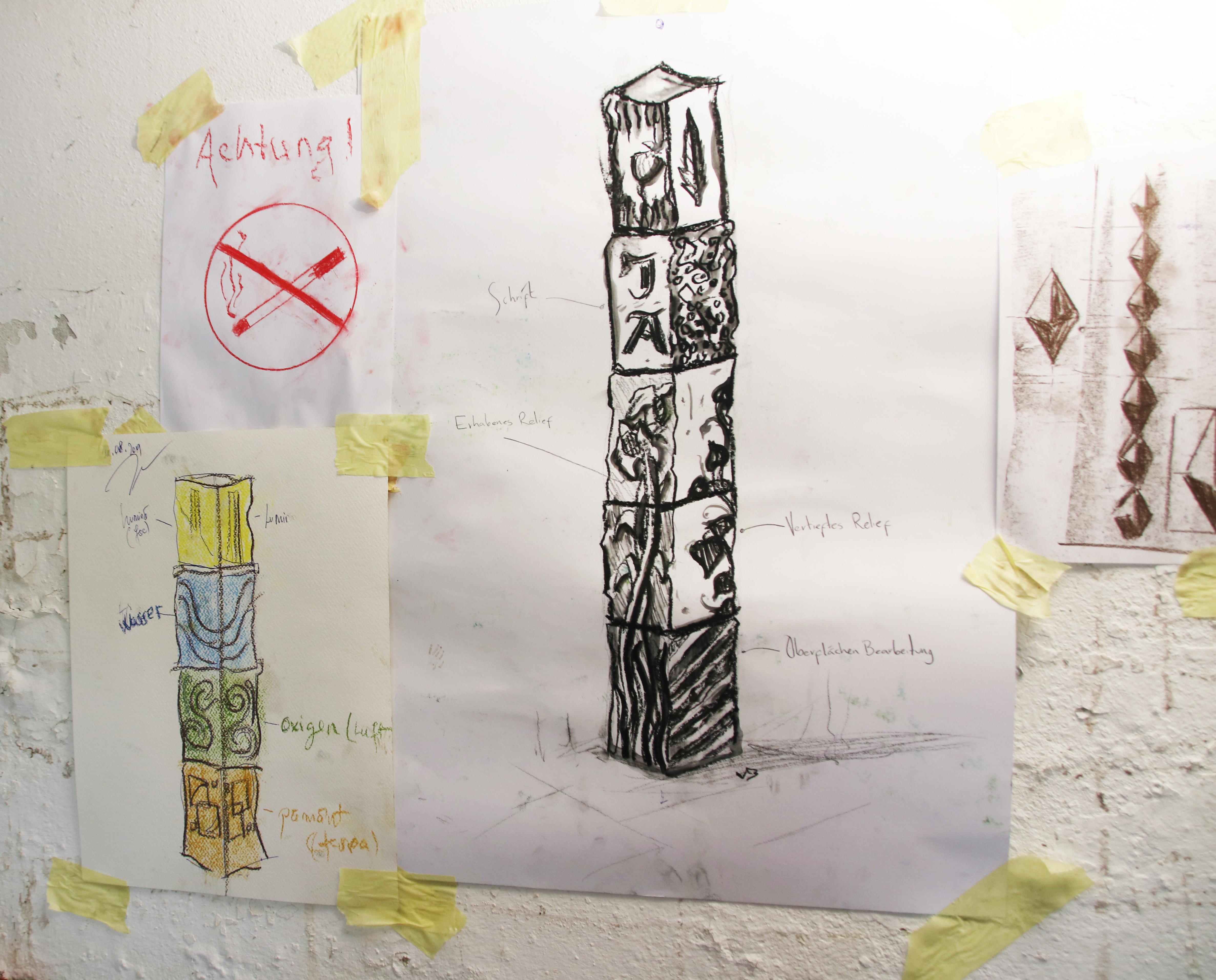 Skizzen mit verschiedenen Entwürfen an einer Wand