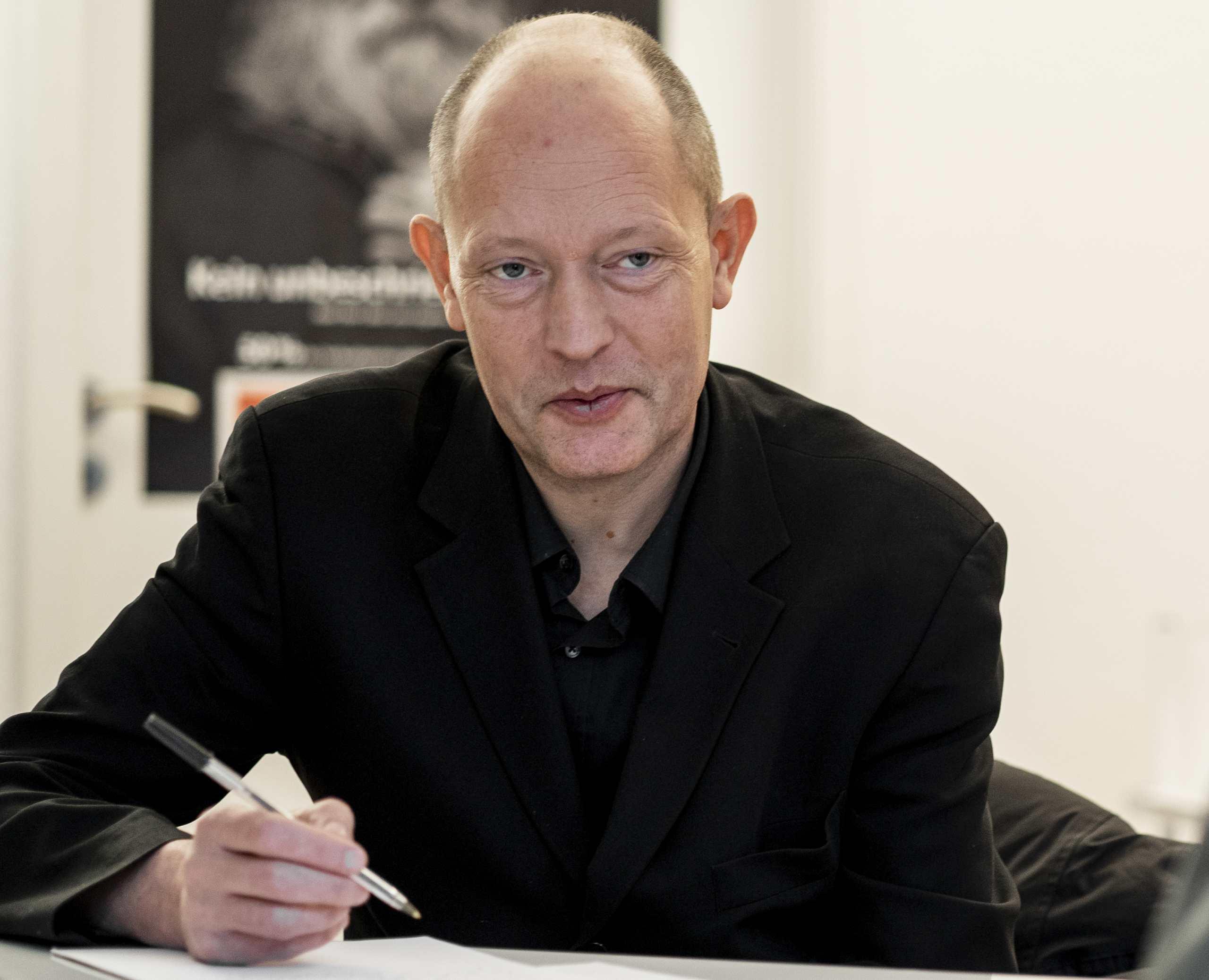 Bild von Frank Schön, während er sich bei einem Interview Notizen macht