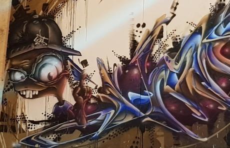 Graffiti am Stuttgarter Hauptbahnhof - unleserlich - Secret Walls Gallery - Farben eher dunkel gehalten