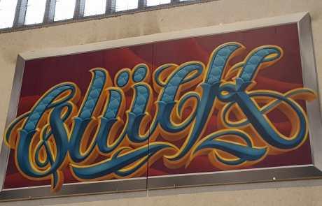 Graffiti in der Stuttgarter Bahnhofshalle - GLÜCK - bekannter Stuttgarter Künstler - Kalligraphie- Secret Walls Gallery