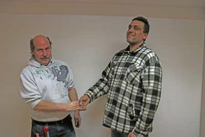 Thomas Schuler (links) und Karol Danko reichen sich die Hand