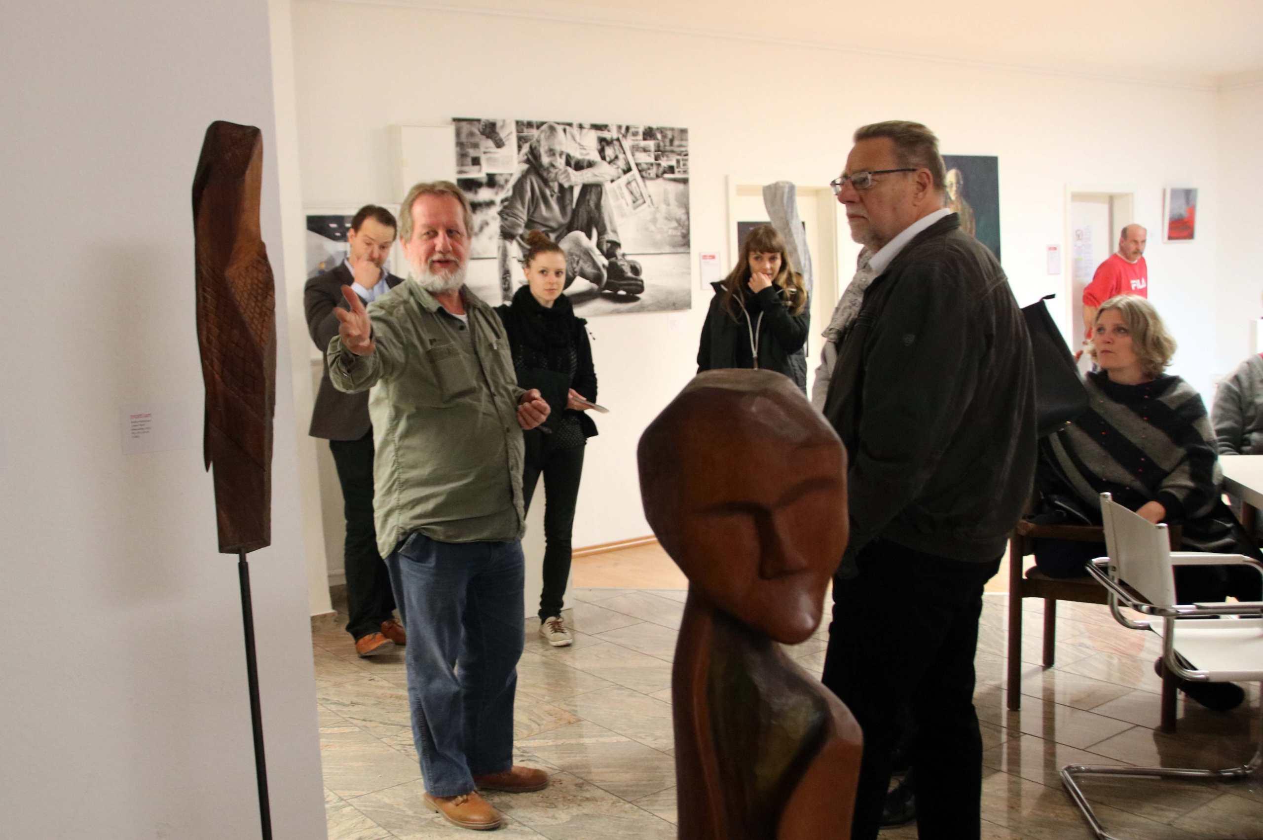 Helmut Schmid zeigt Besuchern die Galerie