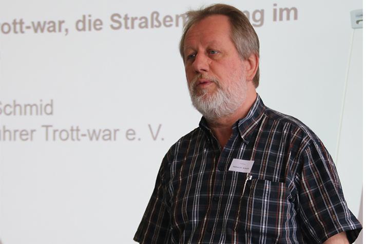 Trott-war-Geschäftsführer Helmut H. Schmid bei einem Vortrag
