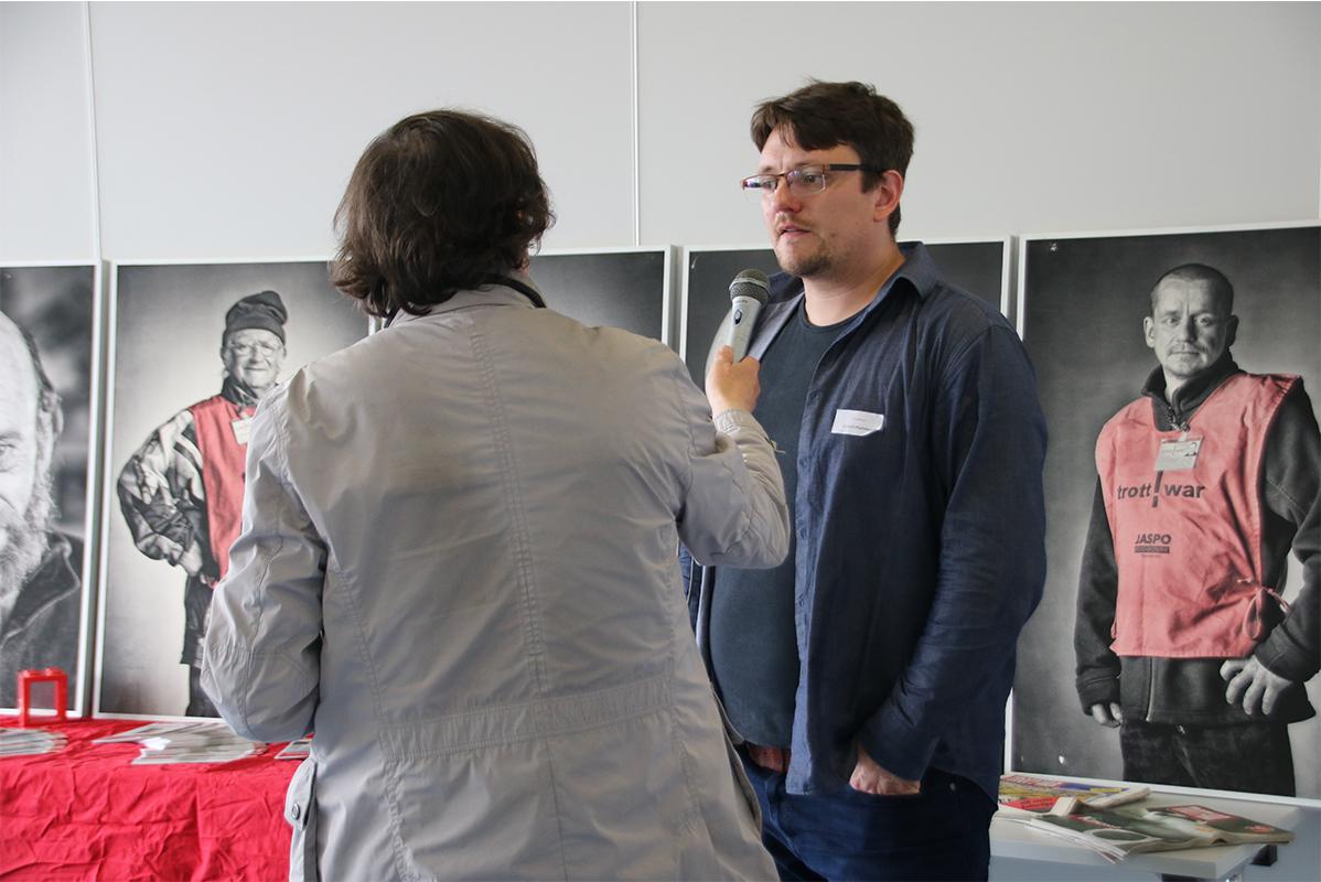 1 Reporter hält Gerrit Hummel das Interview zum Gespräch hin