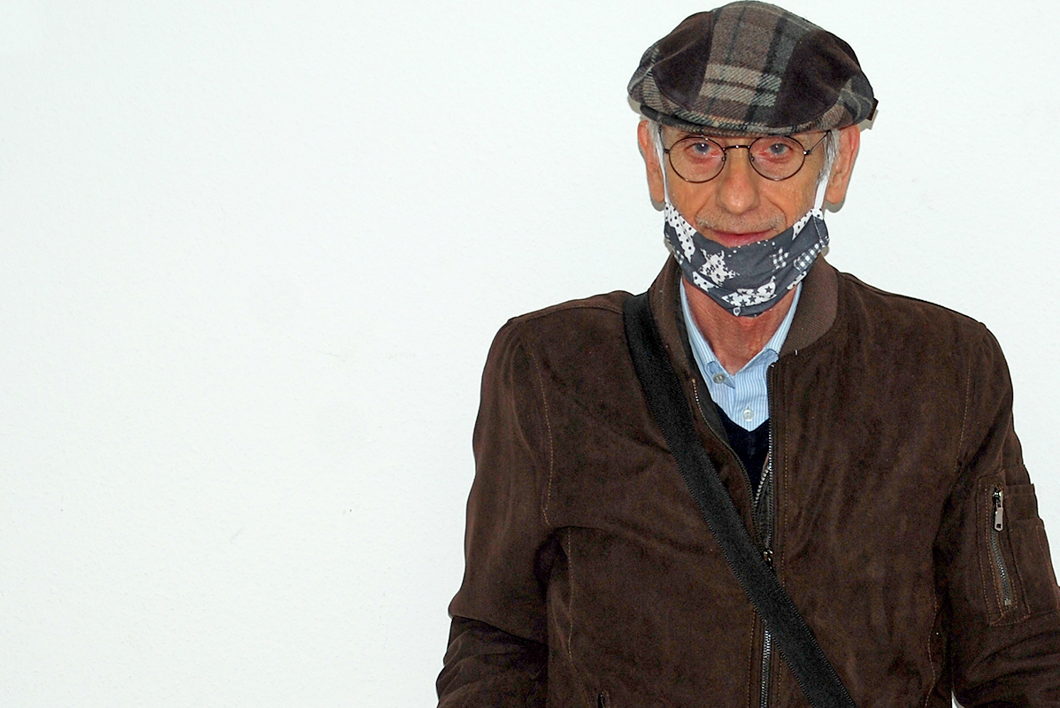 Schlanker, älterer Mann mit Käppi