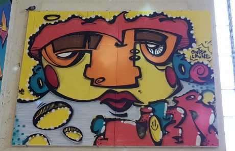 Streetart in der Stuttgarter Bahnhofshalle - Gesicht - Kunst - Secret Walls Gallery - bunt