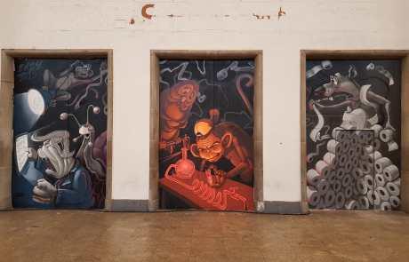 Streetart in der Stuttgarter Bahnhofshalle - politische Thematik - Secret Walls Gallery - dreiteilig - Klopapier - Trump