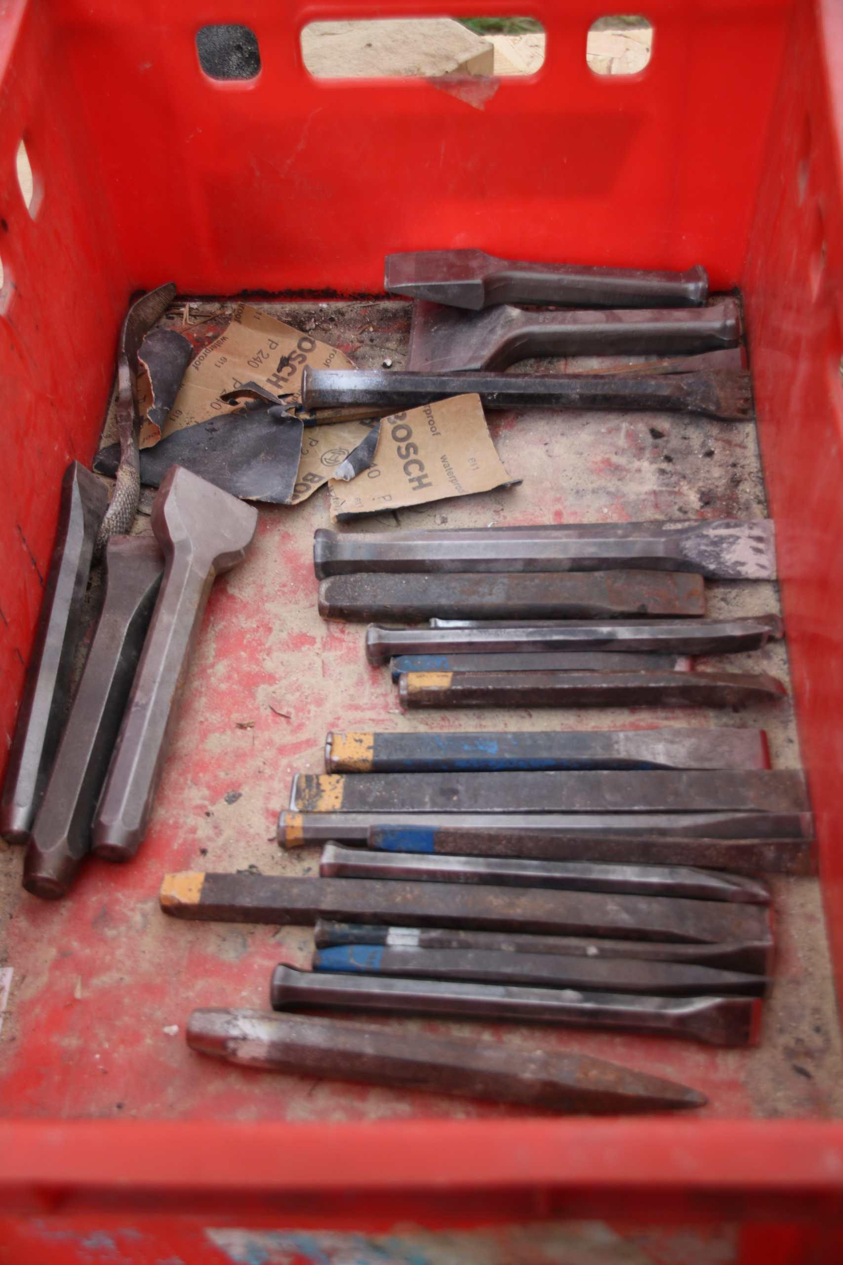 Verschiedene Eisenwerkzeuge in einer Kiste