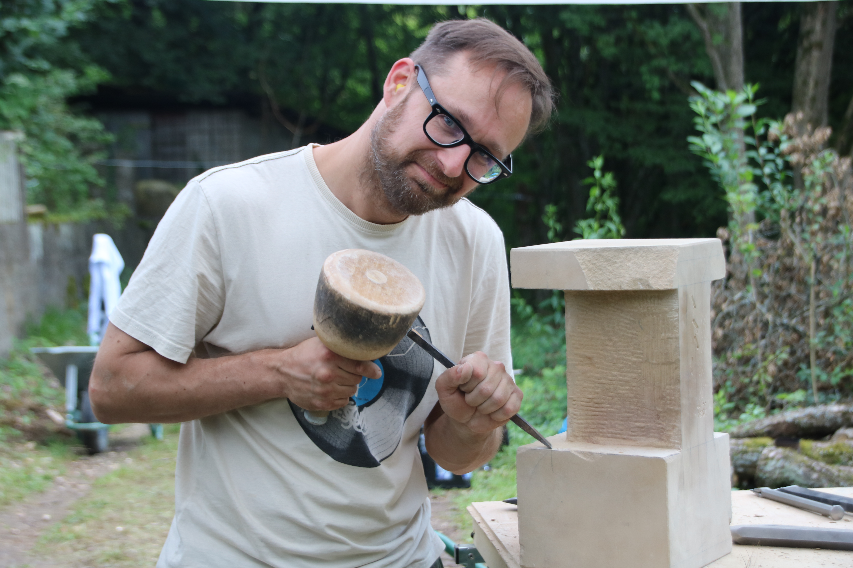 Wojciech bringt einen Sandstein in Form