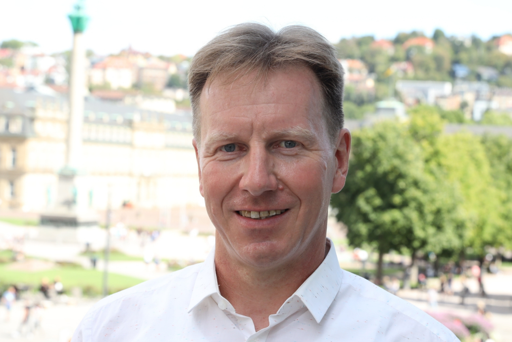 Mann im weißen Hemd vor dem Stuttgarter Schlossplatz