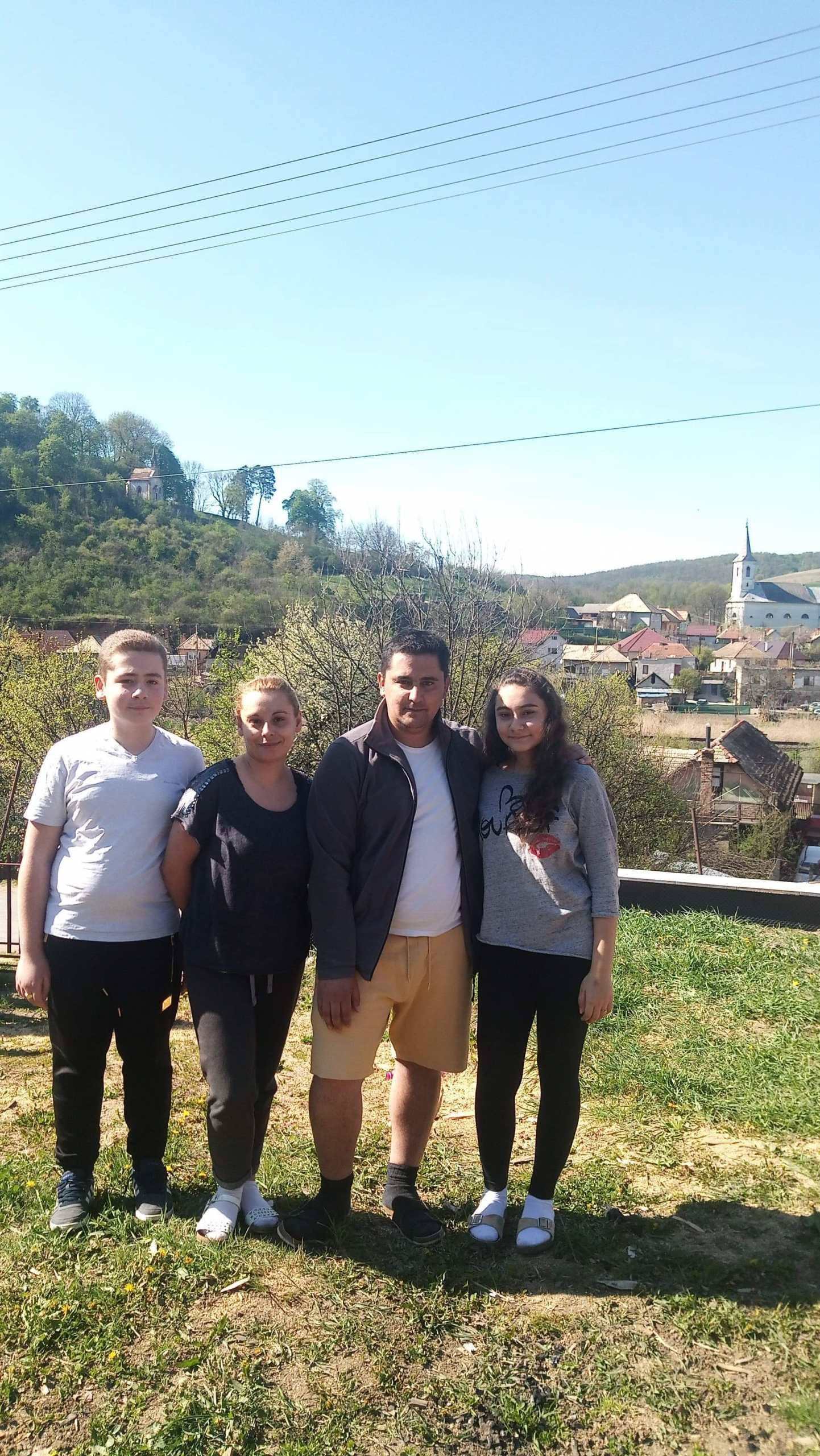 Ladislav mit Frau und mit Sohn und Tochter im Teenager-Alter auf einer Wiese