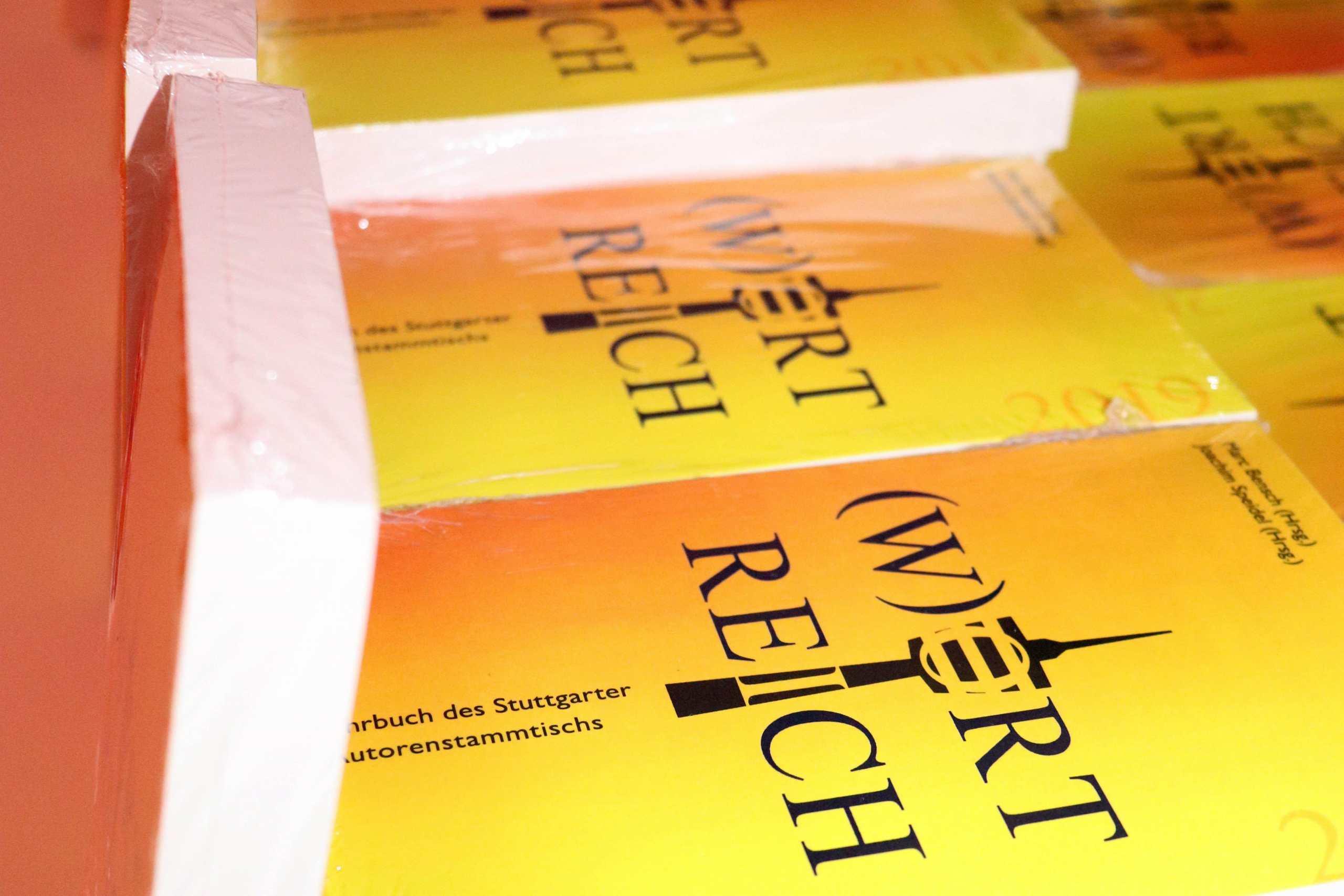 Stapel der gelb-orangefarbenen Bücher
